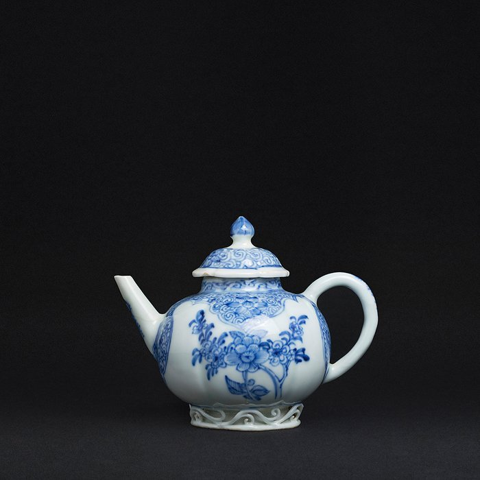 Teapot reserves with flowers, China, Kangxi