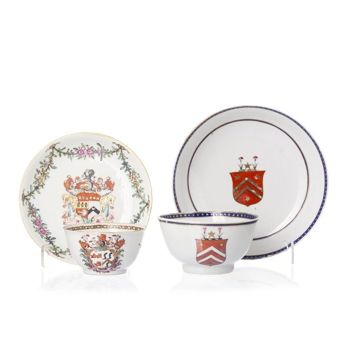 Two cups and saucers with coat of arms in Chinese