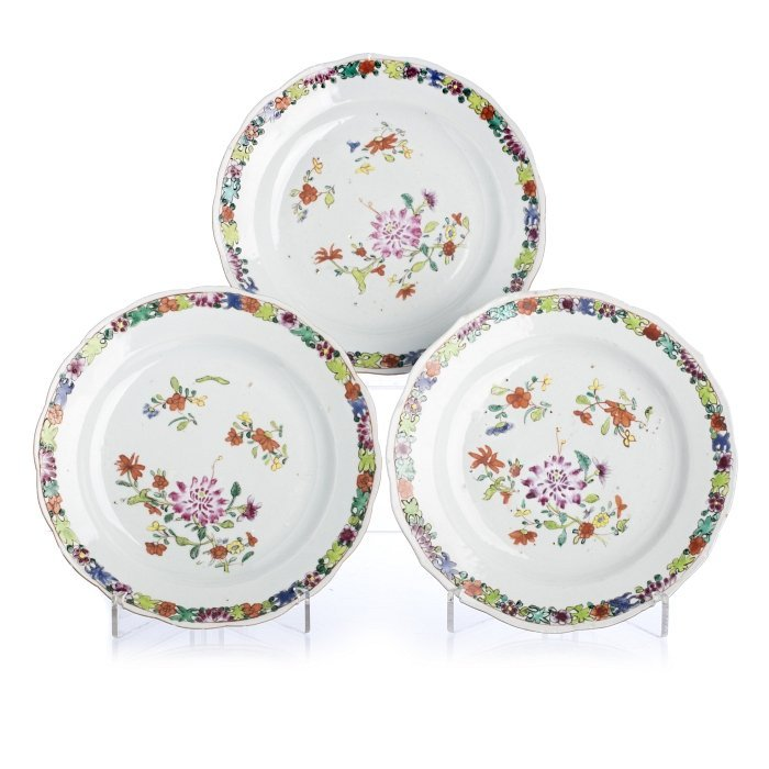 Three plates in Chinese export porcelain, famille rose