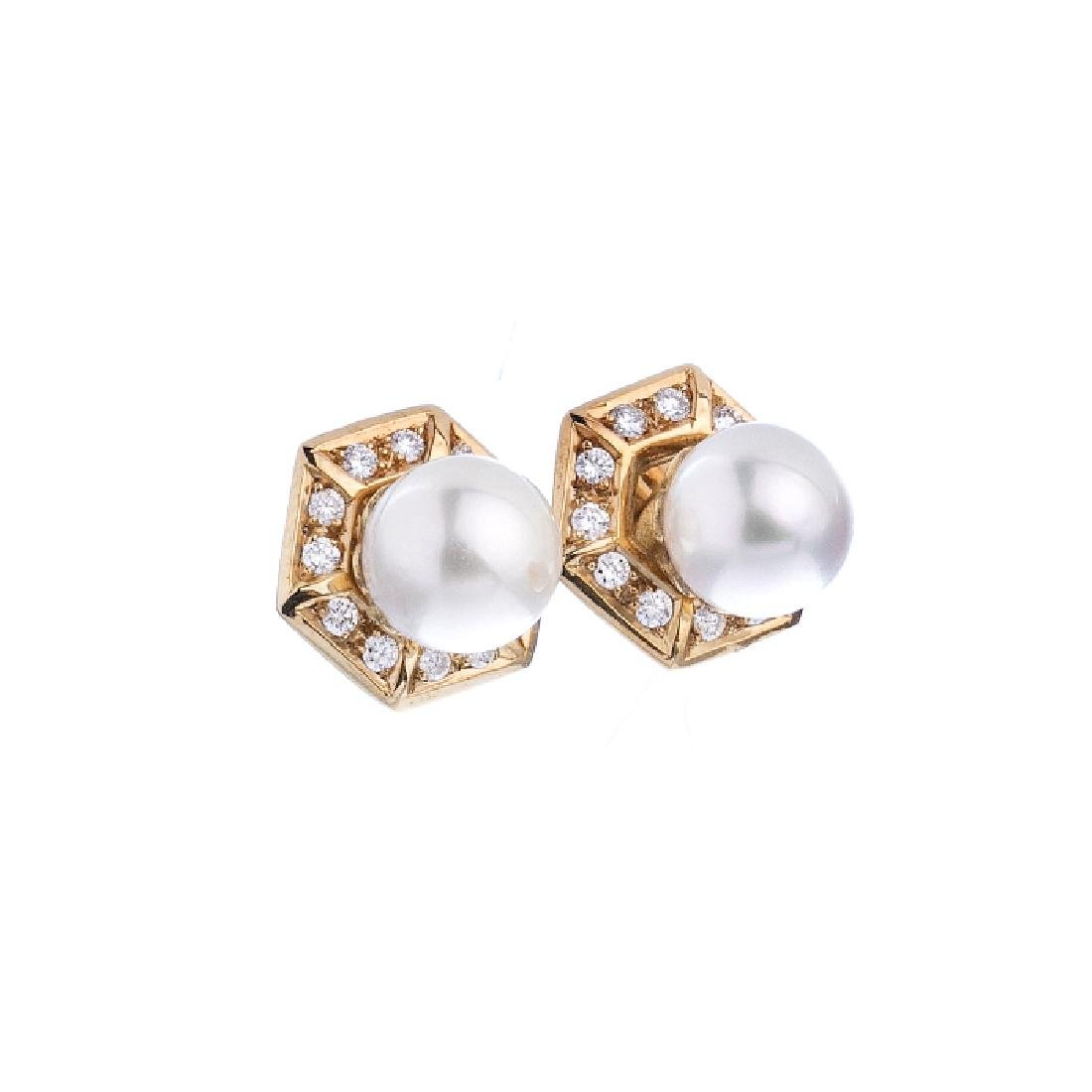 Gold earrings with brilliants and cultured pearls