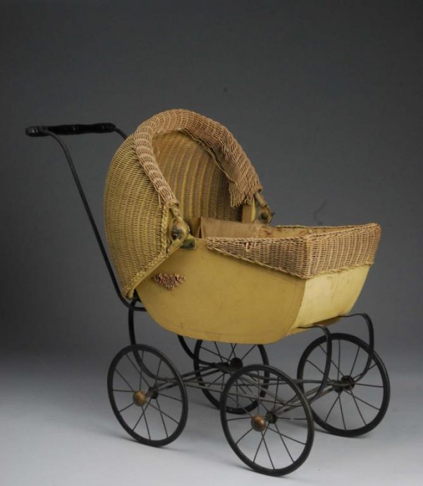 1011: Wicker Baby Doll Carriage.