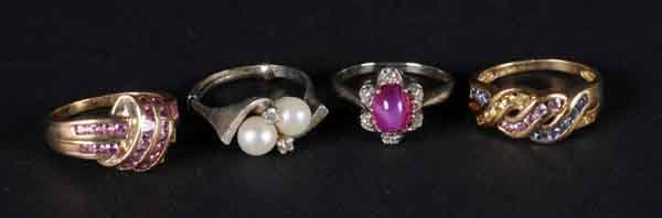 9: Lot of 4: Rings with Gemstones.
