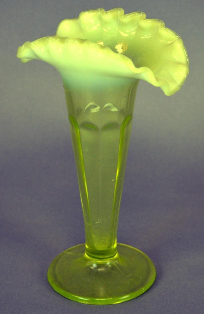 Vaseline Opalescent cre vase