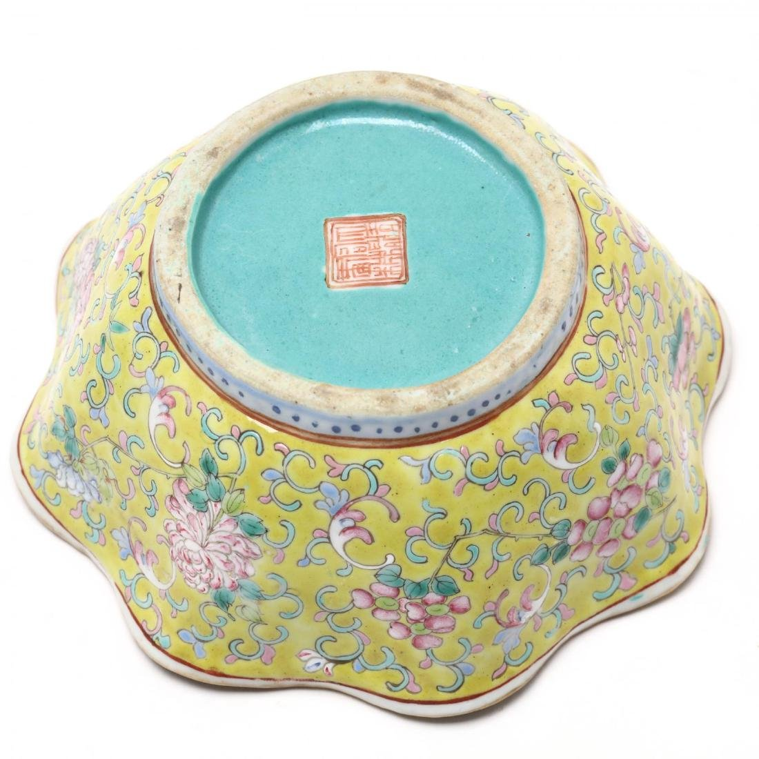 A Matched Pair of Chinese Porcelain Scalloped Bowls - 4