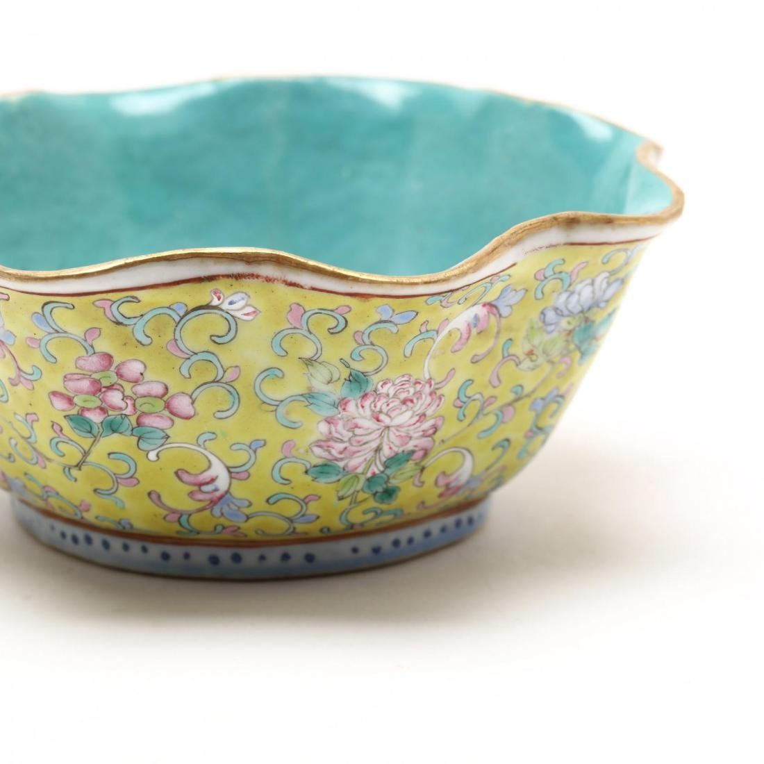A Matched Pair of Chinese Porcelain Scalloped Bowls - 5