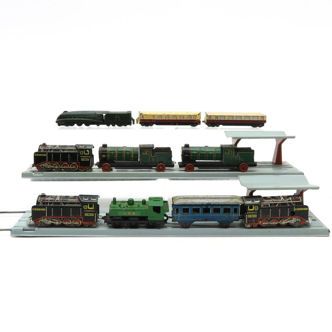 Diverse Lot of Tin Trains & Accessories