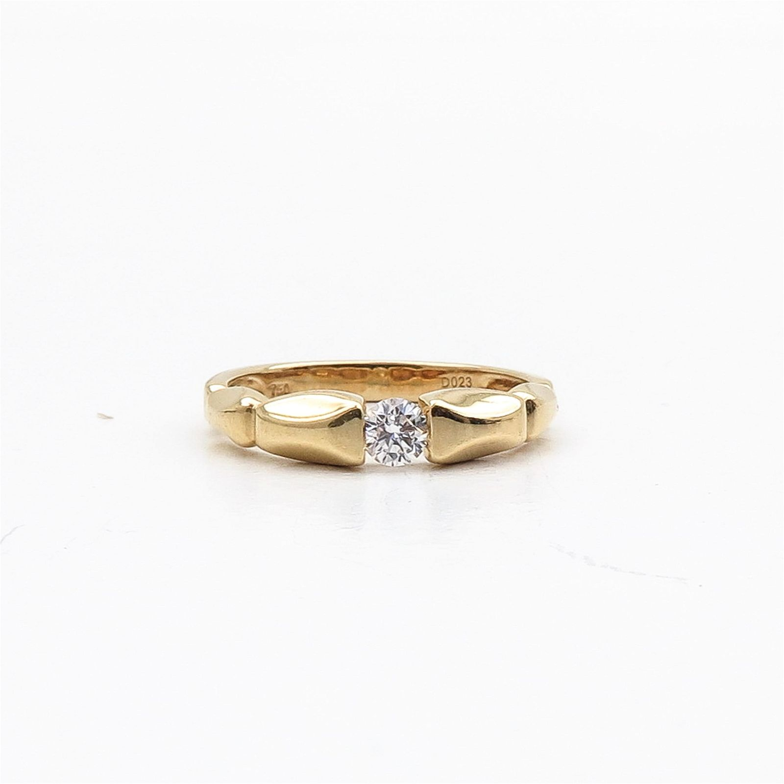 An 18KG Ladies Diamond Solitaire Ring