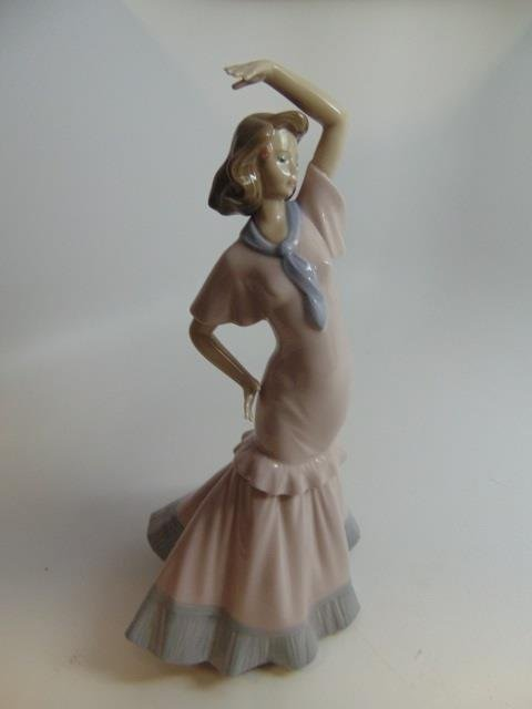 Vintage Nao (Lladro) Porcelain Statue of a Lady