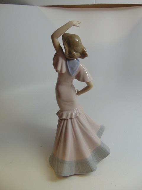 Vintage Nao (Lladro) Porcelain Statue of a Lady - 3