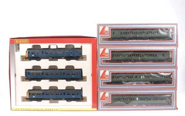4057: OO Gauge - A Pair of Diesel Multiple Units