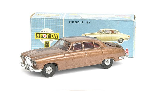 1024: Spot-On No.218 Jaguar Mk.10