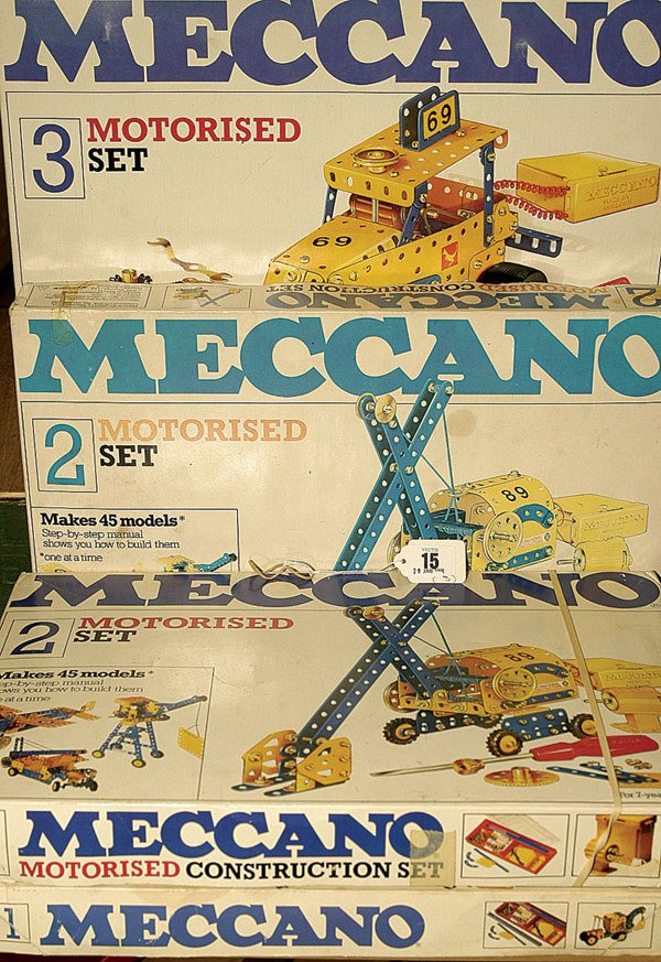 3015: Meccano Yellow and Blue Outfits