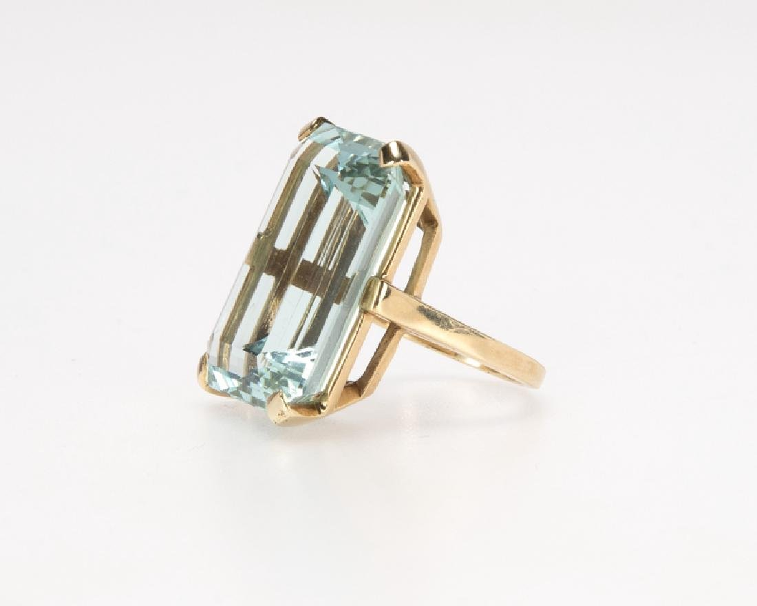 An aquamarine and gold ring - 2
