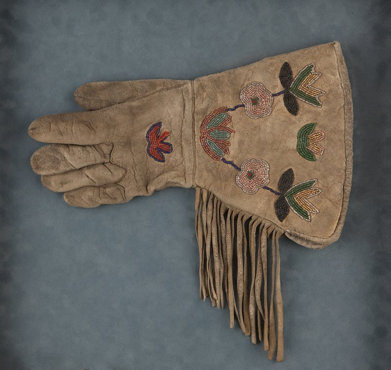 A pair of ''Buffalo Bill'' Cody Plains Indian gauntlets - 3
