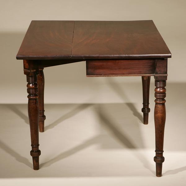 1019: A REGENCY MAHOGANY DROP LEAF DINING TABLE SECTION