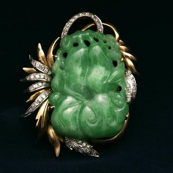 1024: A YELLOW GOLD, JADEITE AND DIAMOND BROOCH PIN