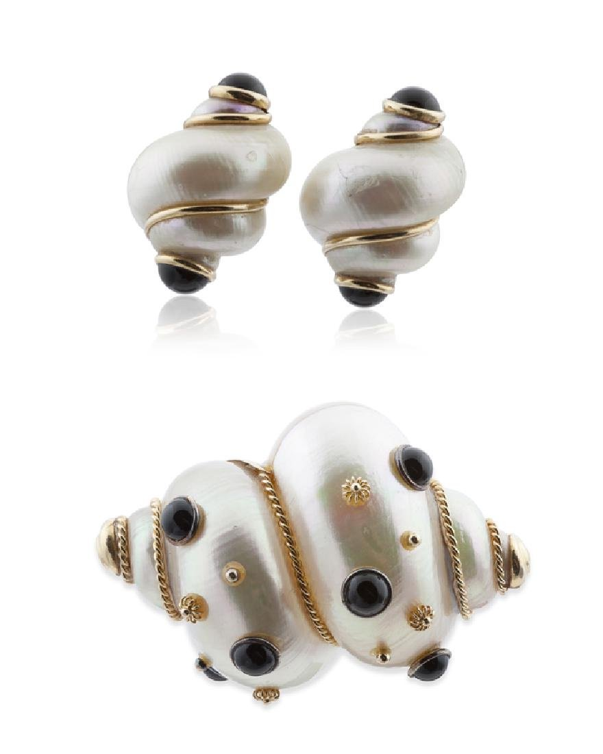 An assembled set of turbo shell and onyx jewelry, MAZ
