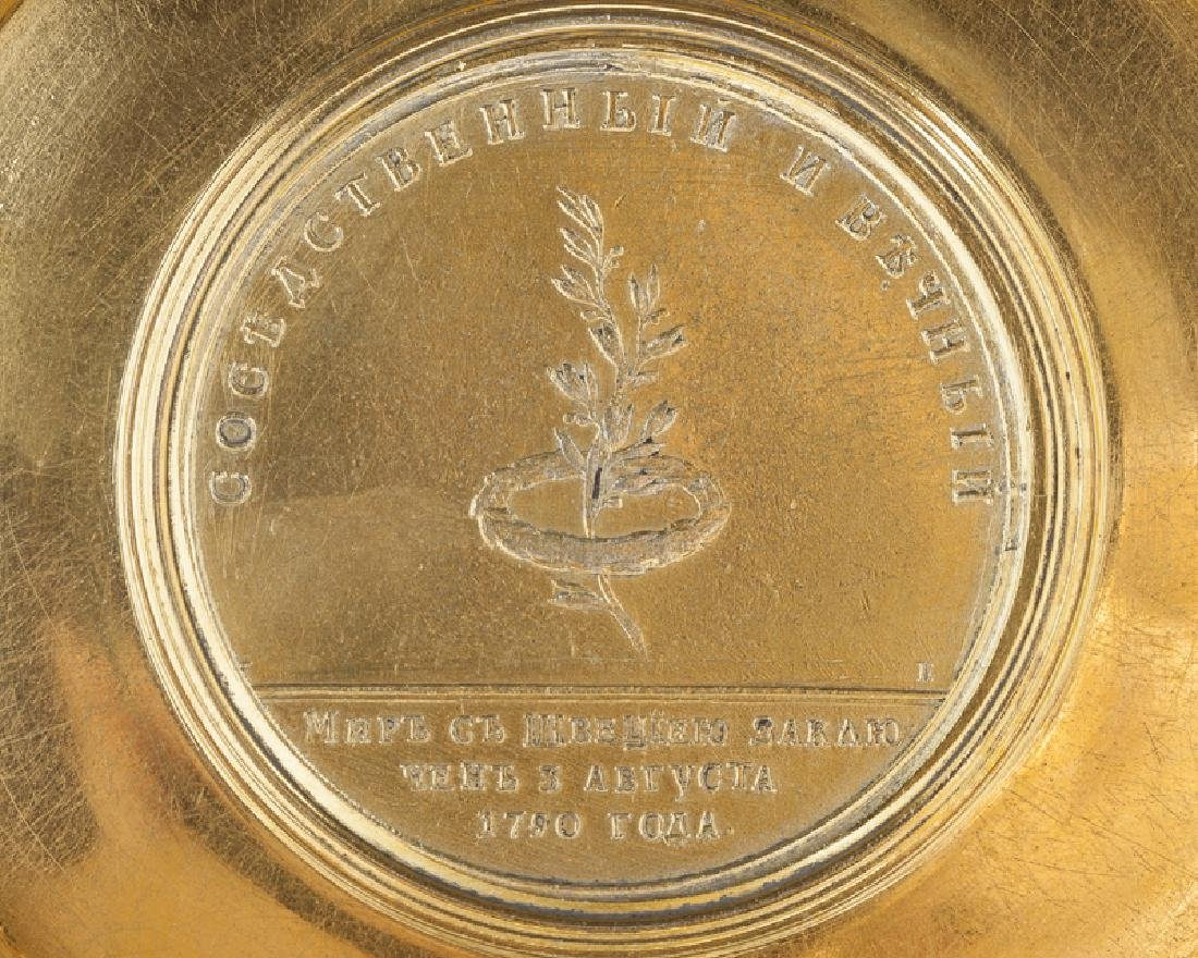 A Russian vermeil medallion box - 4