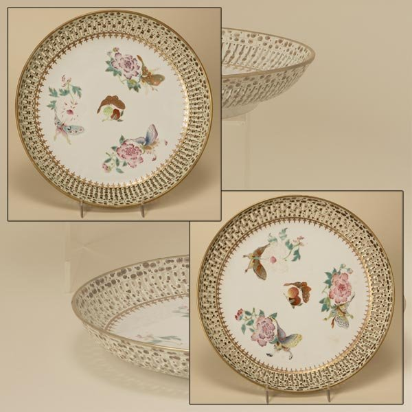 2010: A PAIR OF CHINESE EXPORT PORCELAIN DISHES