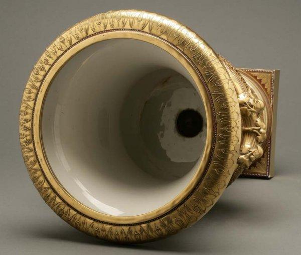 2072: A German porcelain urn Calydonian boar hunt - 7
