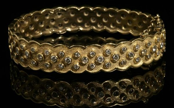 2118: A Van Cleef & Arpels gold and diamond bangle