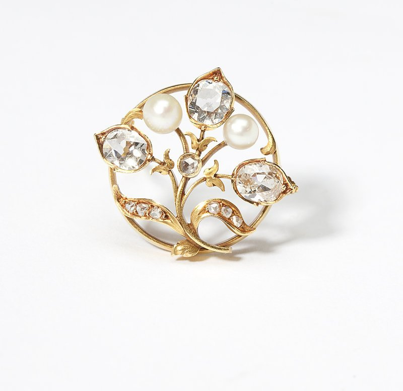 1104: An antique diamond, pearl and gold floral brooch