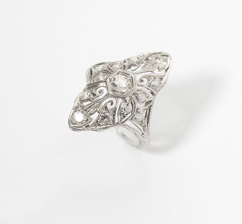 1115: An Edwardian diamond and platinum ring