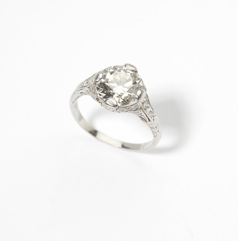 1122: An Art Deco platinum and diamond ring