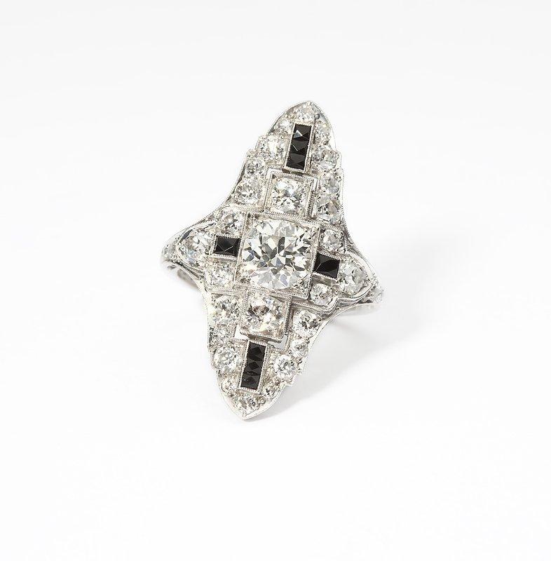 1124: An Art Deco diamond, onyx and platinum ring