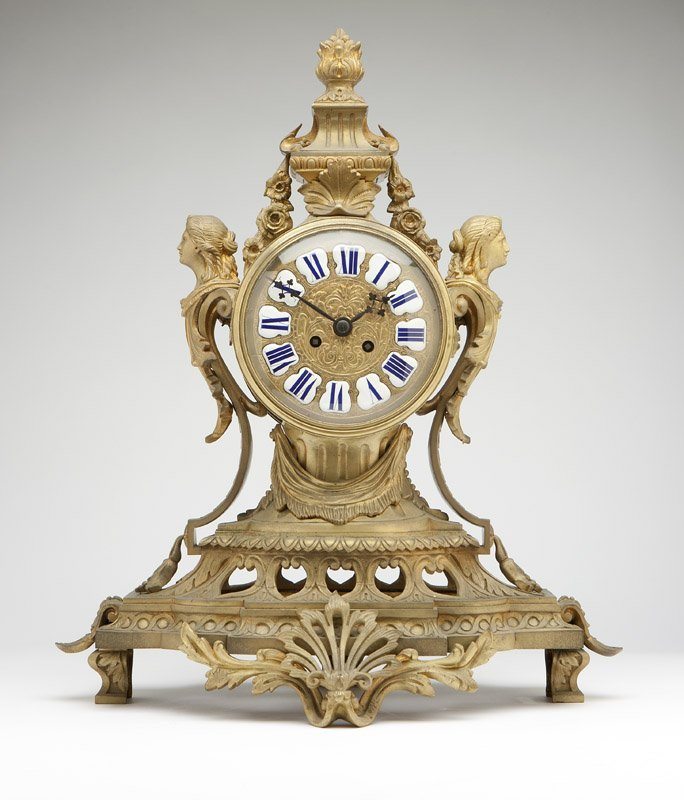 1015: A French gilt bronze mantle clock