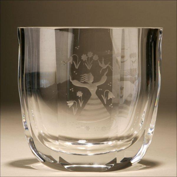 1006: A GLASS FLOWER VASE SIGNED ORREFORS