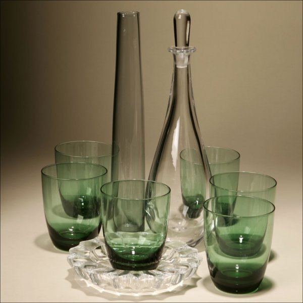 1012: AN EIGHT PIECE GROUP OF ORREFORS GLASS