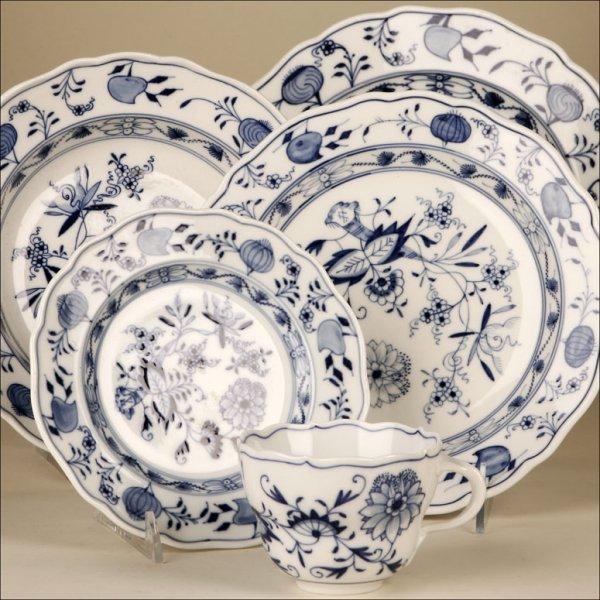1125: A MEISSEN 'BLUE ONION' PART DINNER SERVICE