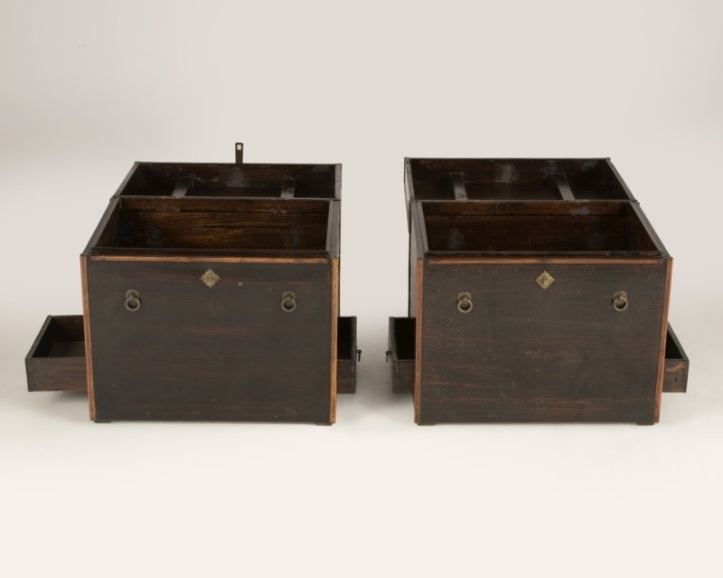 A pair of Japanese lacquered storage chests - 2