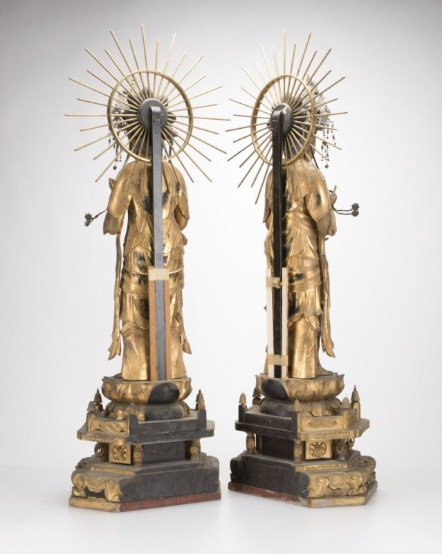 An opposing pair of carved giltwood Bodhisattva figures - 4