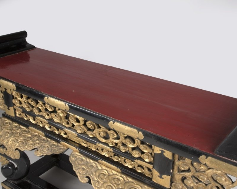 A Japanese red and black lacquer altar table - 4