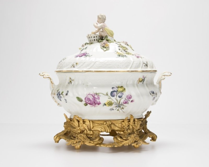 Meissen lidded soup tureen and gilt-bronze stand - 2