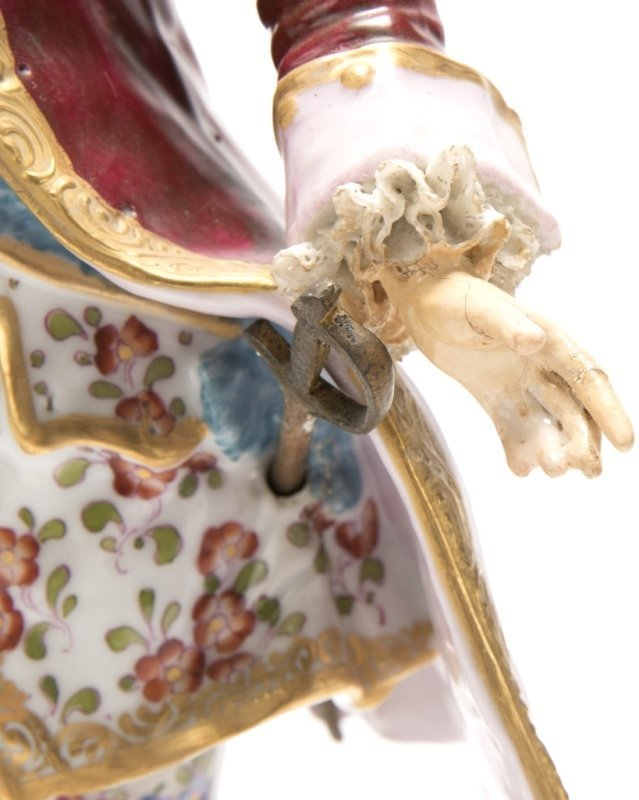 A pair of Meissen-style porcelain figures - 6