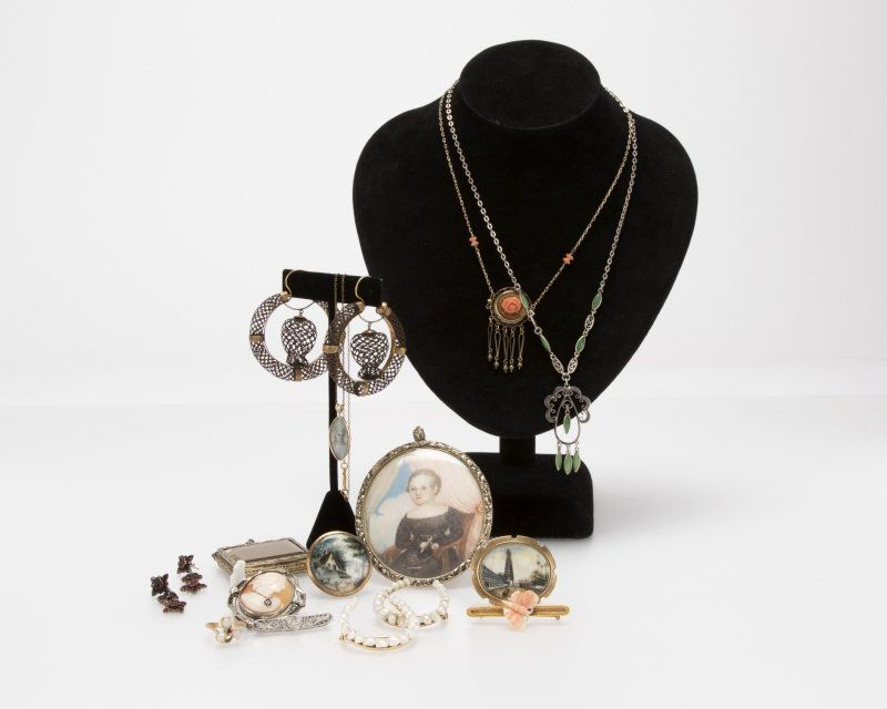 A group of antique jewelry items