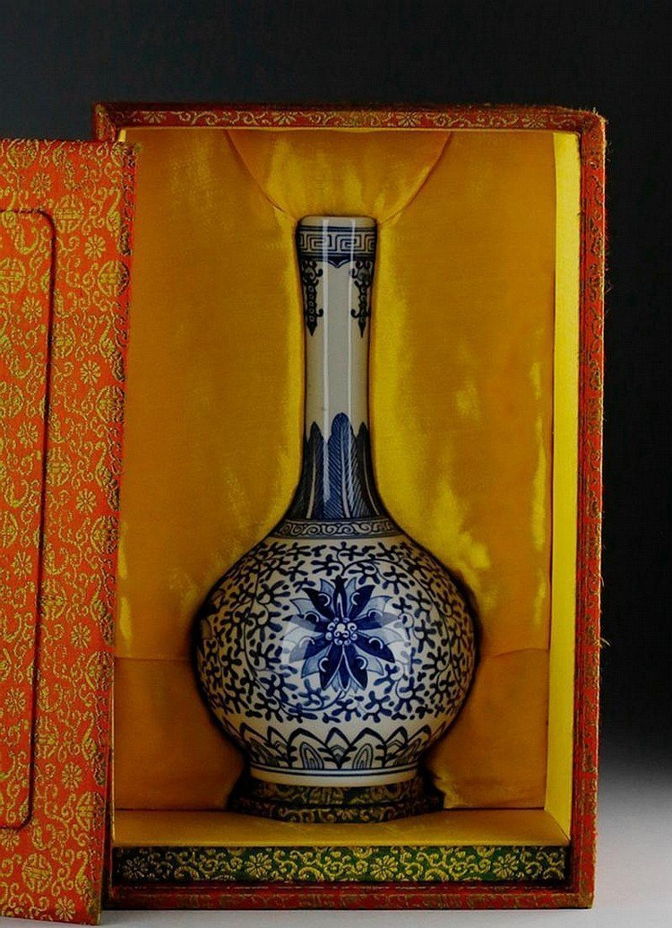 MID QING BLUE AND WHITE STRAIGHT NECK VASE 19TH