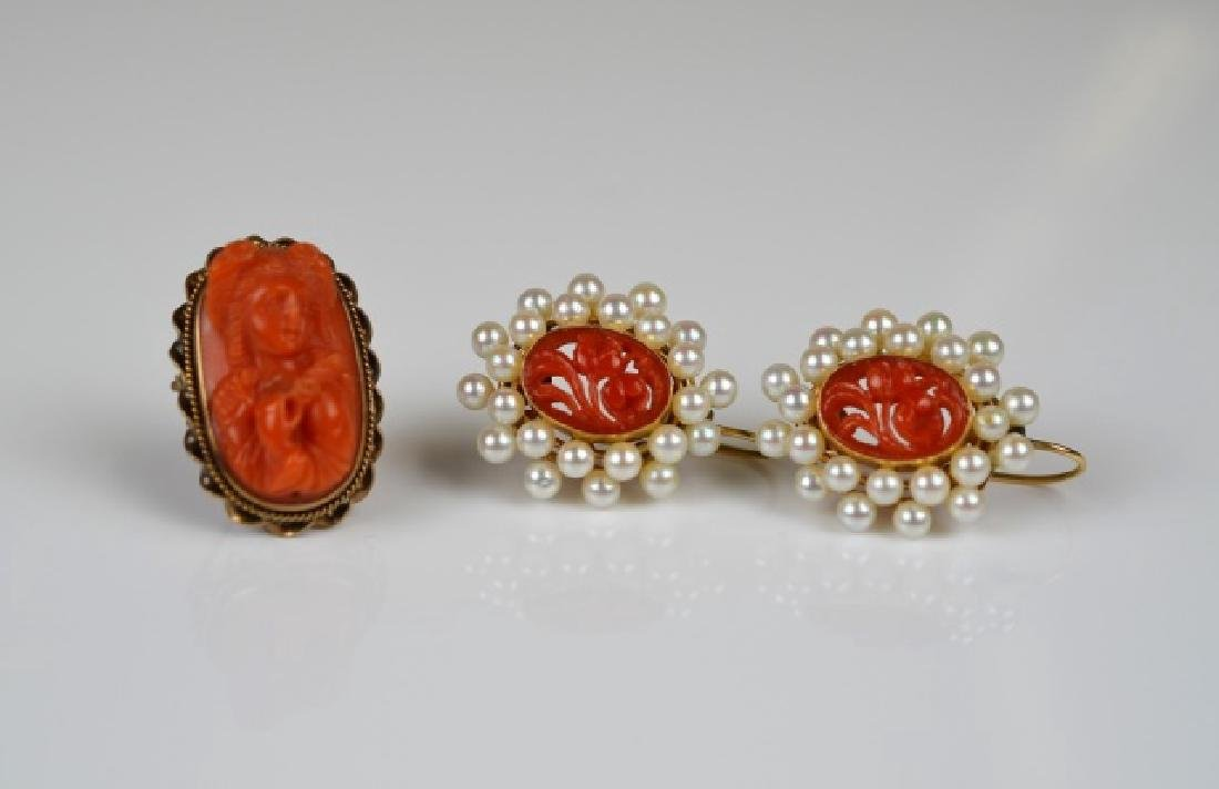 CARVED CORAL CAMEO PIN T/W PAIR OF EARRINGS