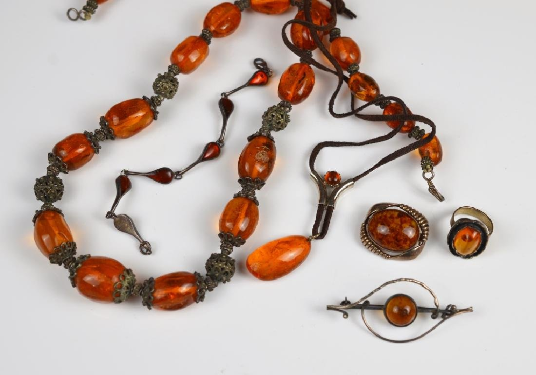 LOT OF AMBER & SILVER JEWELLERY