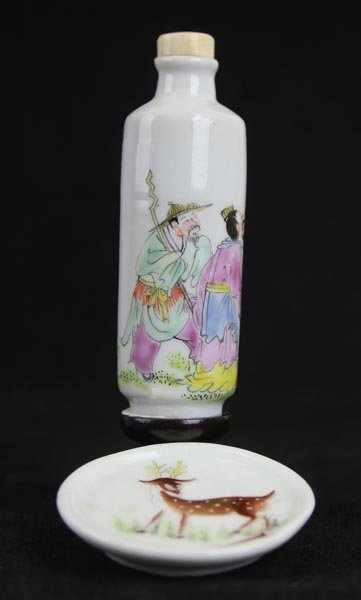 A Chinese Famille Rose Porcelain Snuff Bottle with