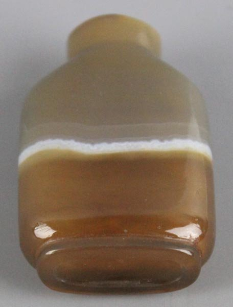 A Chinese Banded Agate Snuff Bottle. Qing dynasty.