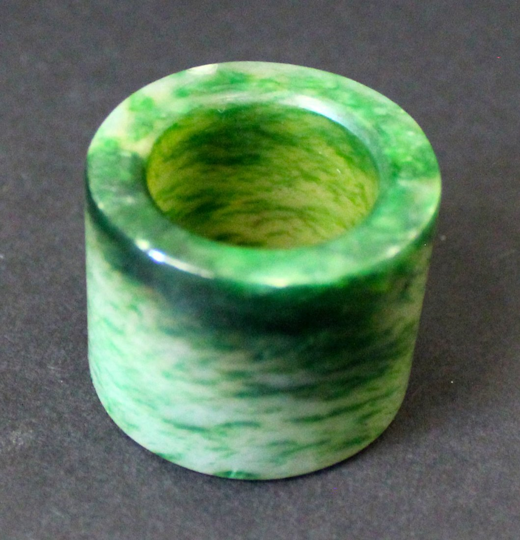 A CHINESE JADEITE RING