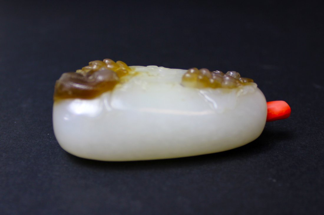19TH A CHINESE WHITE JADE SNUFF BOTTLE WITH RED CORAL