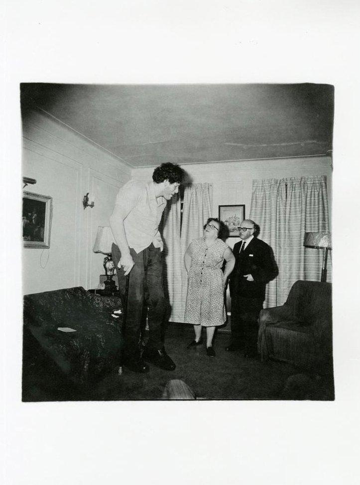 Arbus, Diane - Jewish Giant With Family, Bronx