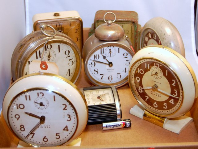 Mixed Lot of Vintage Non-Working clocks (2)