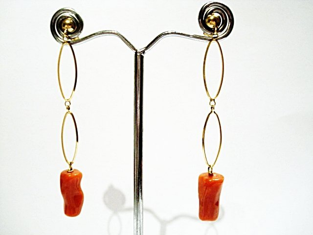 A PAIR OF 18K YELLOW GOLD AND CORAL EARRINGS