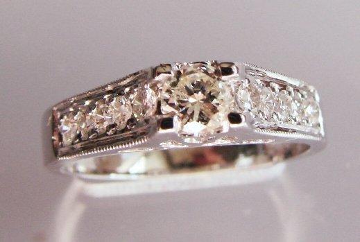 Engagement Diamond Ring : 1.07 Carat 18K White Gold
